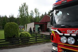 Räddningstjänsten rev en eldhärjad vägg på ett garage.