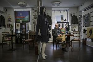 Butiken ser inte stor ut, utifrån, men den rymmer även ett galleri där Stefan Vestberg ställer ut egna bilder.