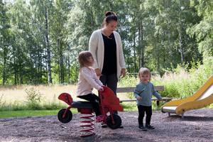 Michaela Sjöstrand tillsammans med barnen Ebba och Maja.