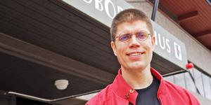 Lars Gunnar Nordlander (S), vice kommunalråd i Härjedalen är glad över pengarna som kommer från staten i det nya kostnadsutjämningssystemet. Men beslutade sparåtgärder ligger fast.