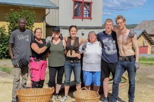 Från vänster: Moussa Togola, Catrin Bertlin, Ulrica Nordlund, Helena Svartling, Marianne Mattsson, Alfred Nyström, Nathanael Ace Andersson. Totalt är 25 personer delaktiga i teaterföreställningen.
