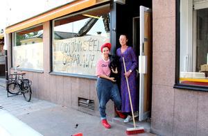 På måndag öppnar Cotton & Steel i nya lokaler. Petra och Solveig har jobbat hårt för att hinna få ordning.