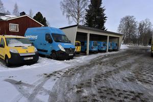 Postens bilar i Särna klarar vinterväder. Där rullar istället postbilar av märket Volkswagen och Fiat samt en större Renaultbuss.