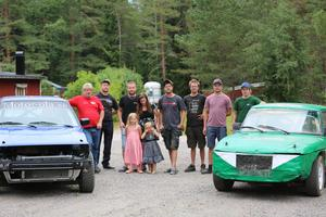 Alla förare (inklusive Andreas och Erikas barn Nova och Lovisa) samlade runt Niklas rallybil och Patriks folkrace-bil.