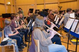 Sundsvalls Orkesterförening i ett av sina samarbeten med elever och lärare från Sundsvalls Kulturskola. Repetition för en gemensam konsert.