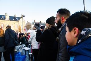 Flera hundra köpingsbor hade samlats för att lyssna på statsministerns tal.