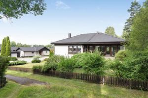 Huset har skogen som granne. Foto: Svensk Fastighetsförmedling Köping