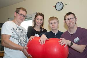 Vem tar bollen? Joakim Lindström, Emma Ahlfors, Sebastian Bemm och Daniel Pettersson på Leveransgruppen söker fler sponsorer till julens insamling.