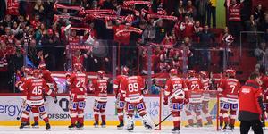 Timrå IK-spelarna och publiken i NHK får höra en nygammal låt inför matcherna mot Oskarshamn.  Bild: Pär Olert/Bildbyrån