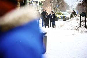 Här vallas vittnen och statister från bankomaten på Carlavägen i riktning mot stadshotellet, som dåden skedde utanför på fredagskvällen 16 december.