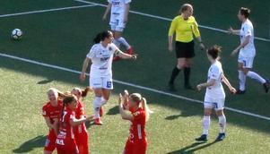 Lagkaptenen och mittbacken Ida Markström ryter till efter Kif Örebros 1–0-mål.