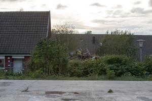 Grannlängan precis intill  Gensin Hamras hus brann ner till grunden. I förgrunden syns det som är kvar av radhuslängan som brann ner 2011.