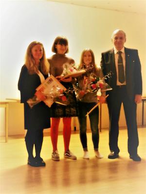 Från vänster: bildlärare Isabell Johansson, Astrid Johansson åk 7, Sandra Fridlund åk 7, och Lions president Stig Palmén.