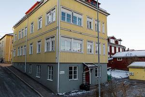 En annorlunda bostadsrätt med en golvyta om totalt 101 kvm i BRF Slottsbacken och anrika kulturkvarter i Elsborg. Bostaden erbjuder en egen entré i markplan. SkandiaMäklarna/Johan Granath.