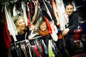 Shoppis har mängder av kläder och saker i sina förråd som skänkts av säljarna. Ingenting slängs, men det gäller att få ordning på allt.
