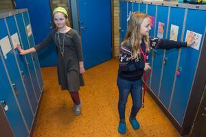 Vallas fritidsklubb finns i skolan. Ida Appelros och Maja Stenbäck har sona skåp snett mitt emot varandra.