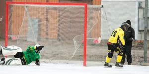 Emil Thunberg lurar upp Norrtäljes målvakt och hänger in 2–0.