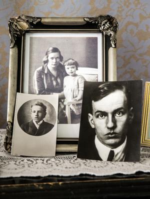 Bland familjebilderna på orgeln. Dan Andersson som 14-åring till vänster, då han for till USA för att reka för familjens eventuella utvandring. Olga och Monika.