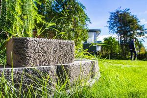 Murdetaljerna med de grova murstenarna går igenom genom hela trädgården.