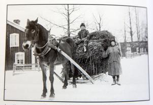 Axelina Nordin med sonen Rune på hölasset. Skule 1928.
