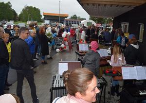 En lång, lång kö bildades utanför den nya butiksentrén – med de köande kunde njuta av ett musikprogram framfört av några av Kulturskolans elever.