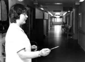 I februari 1981 var det invigning av Föllinges nya hälsocentral.  men enda läkaren var själv sjuk den dagen och alla patienter fick hänvisas till Offerdal eller Östersund. Korridorerna låg därför tomma när ÖP var på besök men Inger Nilsson på sterilcentralen kunde i alla fall ägna sig åt att komplettera utrustningen i lugn och ro.