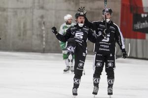 Sandvikens Christofer Edlund jublar med Hannes Edlund efter sitt 6-4 mål.