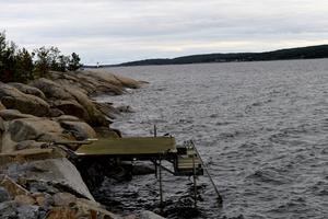 Draghällans fyr långt borta i fjärran blinkar med sitt röda sken ut över havet och Sundsvalls inlopp.