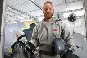 Personalen på Bilkompaniet är också nyfikna på det nya dotterbolaget. Bland andra billackerare Markus Wallinder, som hoppas få komma till Nusnäs och prova att måla dalahästar. Han har redan lackerat dalahästar i både guld och titanium.