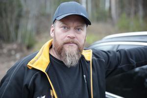 Jonas Österberg betalade 11 000 kronor i självrisk för de skador familjens bil fick i november förra året på riksväg 66.