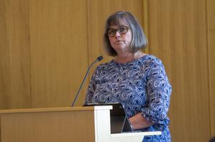 Åsa Äng Eriksson (M) anser att kommunens ekonomi är i fritt fall.