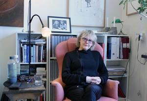 Eva Runefelt i favoritfåtöljen där hon brukar sitta och skriva.