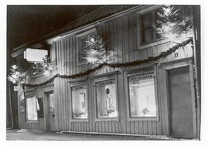 Edsbergs möbler på Tullportsgatan en kväll runt jul någon gång under 1960-talet. Kanske kom tomten med en soffa det året? Foto: Roland Lundh Foto: Norrtälje stadsarkiv