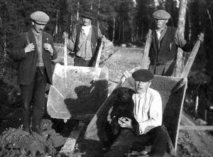 I början av 1900-talet började bolagen bygga vägar i Börtnan. Fotograf okänd