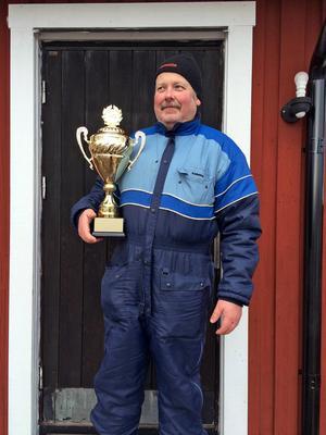 Kalle Lindström blev pimpelvinnare med 1,55 kilo fisk.