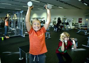 Från cirka årskurs 4 kan barnen använda enklare redskap, här är det Johan Holmqvist, tio år, och Alvin Carlsson, tio år, som testar hantlar. Efterhand kroppen vänjer sig vid träningen kan man prova på högre intensitet, längre pass eller ökad svårighetsgrad.