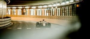 Marcus Ericsson gasar ut ur den klassiska tunneln i Monaco.