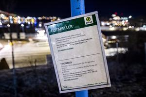 Turlistor plockas bort i Östersund och på många andra orter. Den som inte har tillgång till en smartphone eller dator har svårt att ta reda på när bussen ska gå.