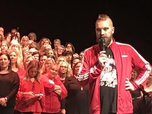 Ny look. Operastjärnan Rickard Söderberg har klippt av sig det långa håret som han skänkt till peruker för barn som drabbats av cancer.