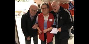 Annika Jonsson är en av personerna som ställt upp som värd för Röda Korset. Här tillsammans med Rolf Söderholm och Wille Johansson, besökare till samlingsplatsen. Foto: Désirée Lundberg