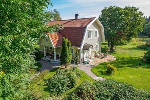 Villa byggd 1997, nära till sjön Varpan, 1,5 hektar tomt, hästhage och 10 min från centrum. Foto: Länsförsäkringar Fastighetsförmedling – Mikael Tegner