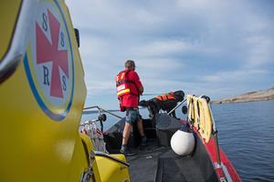 Lars Lindström och hunden Zimba på en övning, sök av människa från båt.