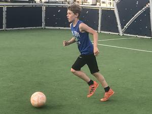 Kiefer är en stor bollbegåvning. Här spelar han lite semesterfotboll under sitt besök på Gustavsviks camping.