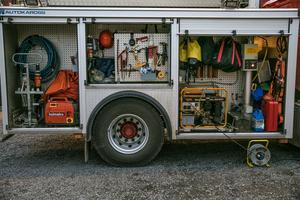 Inne i basbilen finns det mycket värdefull utrustning som behövs på en utryckning och som inte ryms i en sjukvårdsbil menar brandmännen i Hallen.