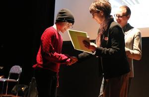 Edwin Strömberg prisades för den spänningsnovell han skrivit i samband med läs- och skrivveckan vid F-5-skolorna i Alby och Ånge.