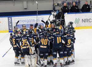 Borlänge lyfter pokalen som förkunnar att de har vunnit Hockeyettans final.