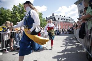 Full fart ut på Stora torget i Falun. Folkdräkten är mer och mer vanligt förekommande vid mösspåtagningen.