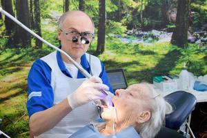 – De här lokalerna i Backåkerns särskilda boende är rymligare än de i vår klinik, där det är svårt att komma in med exempelvis permobiler, säger tandläkare Lennart Lindgren, som här undersöker Maij Nilsson.