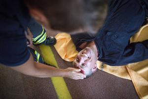 Niklas Månsson är förste brandmannen på tur att leka skadad i dagens övningar.