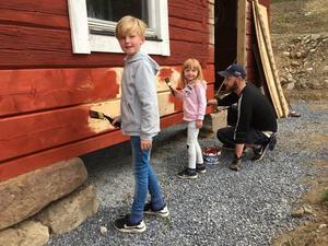 Hela familjen hjälper till i bygget. Axel, Maja och pappa Anders syns på bild. Men även svärfar Elgenäs har bidragit mycket till renoveringen.